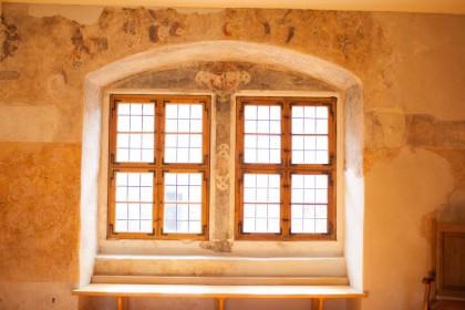 Fenster mit Wandmalereien